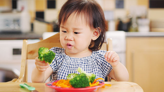 Toddler Likes To Throw Her Food 5 Expert Tips To Lessen