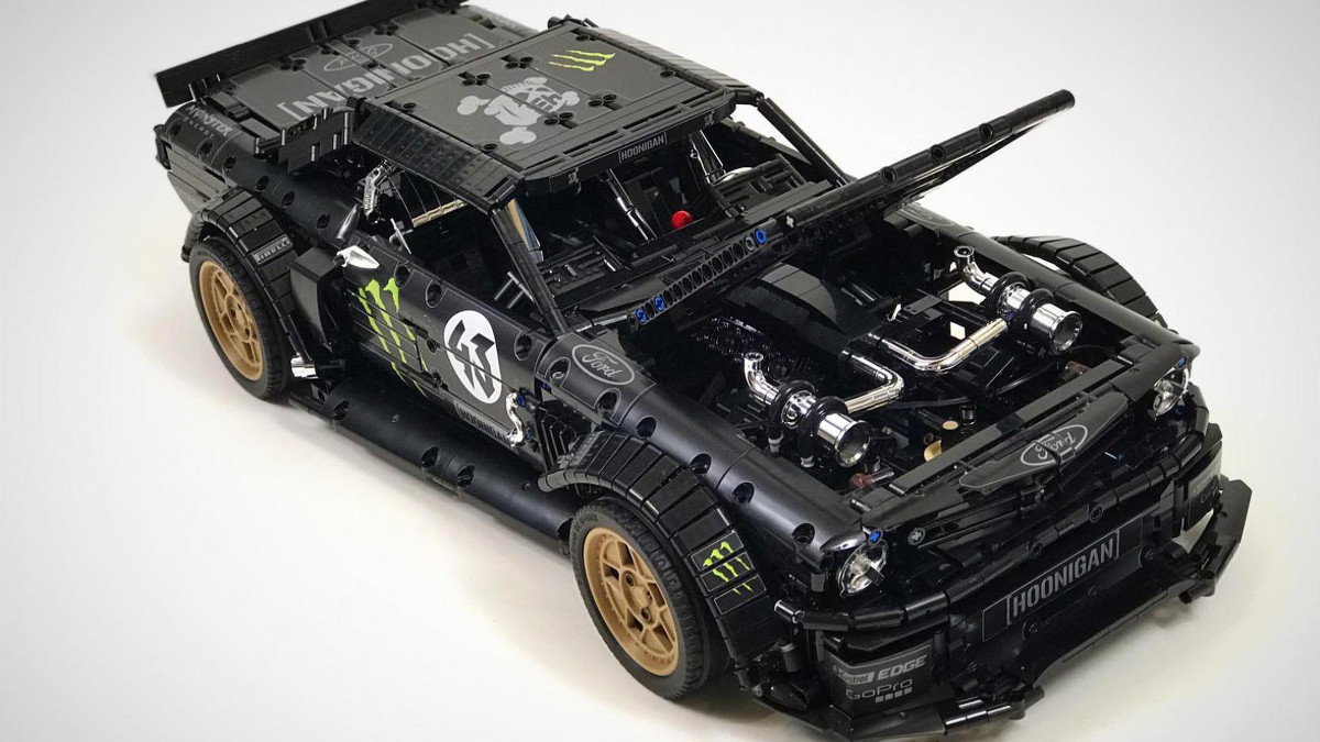 This lego hoonicorn mustang has awd and a working transmission