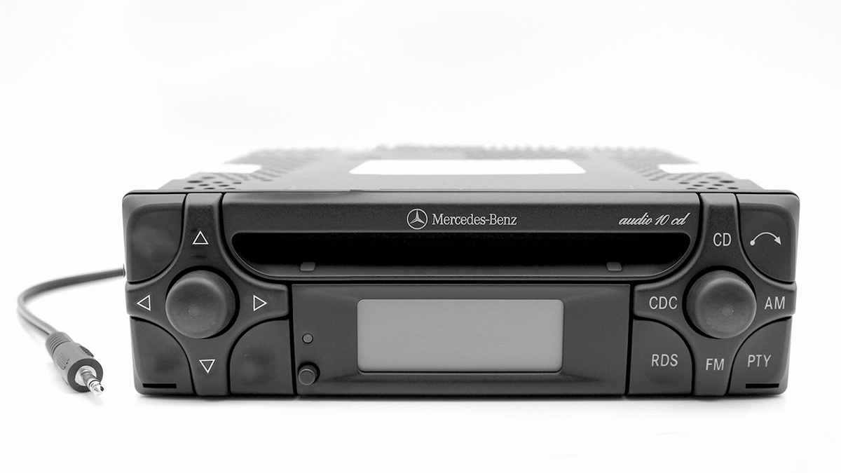 2b6ac285 1985: First factory-fitted CD player