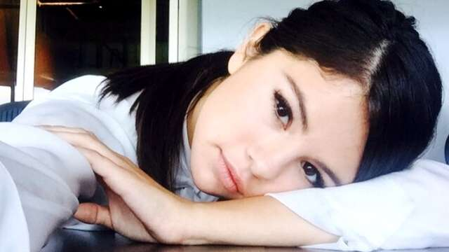 So This is How Selena Gomez Gets Her Healthy Glow-No Makeup Required