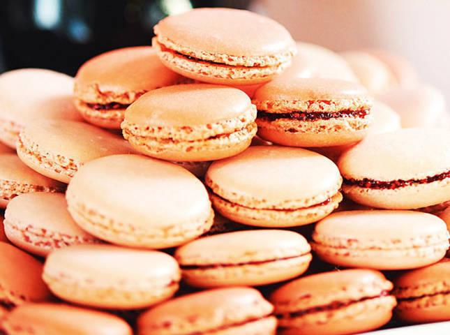 Macarons aux Framboises (French Raspberry Macaron)