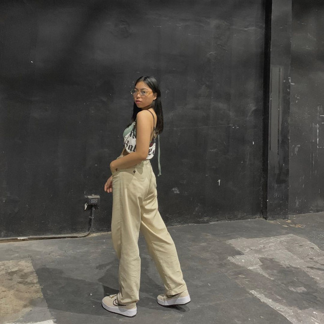 Chelsea Valencia Loose-Fitting Jeans Outfit