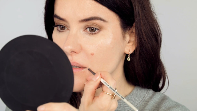 Apply concealer on the corners of the lips