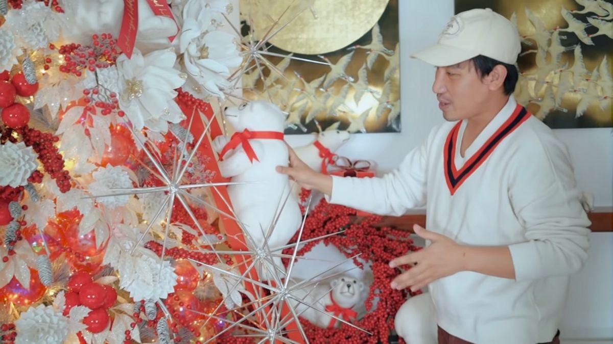 Gideon Hermosa decorating Kathryn Bernardo's 2020 Christmas tree