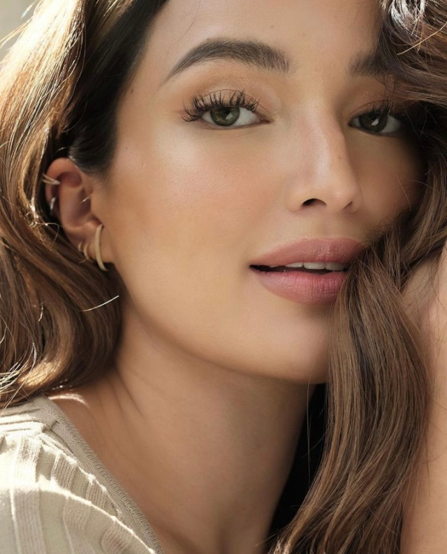 Sarah Lahbati's ear piecings