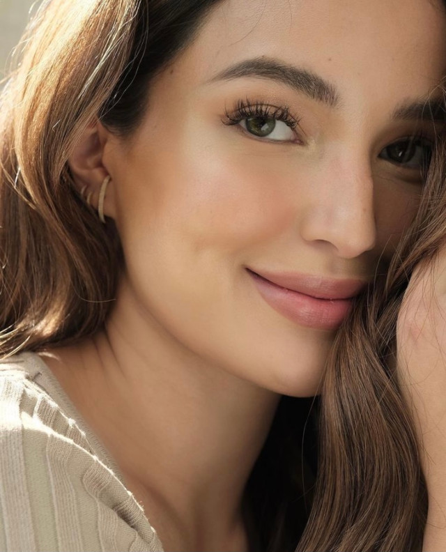 Sarah Lahbati's ear piecings