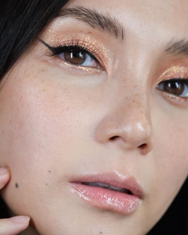 Glitter eye makeup: Gold dust by Mark Qua on Mariel Rodriguez