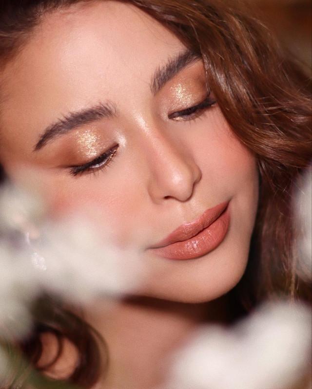 Glitter eye makeup: Gold lids by Mikka Marcaida on Yassi Pressman