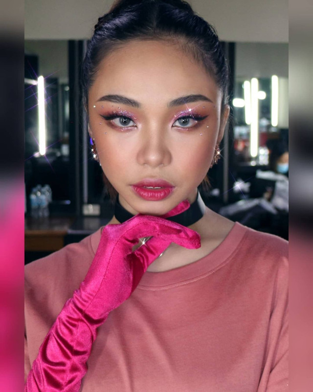 Glitter eye makeup: Pink sparkles by Owen Sarmiento on Maymay Entrata
