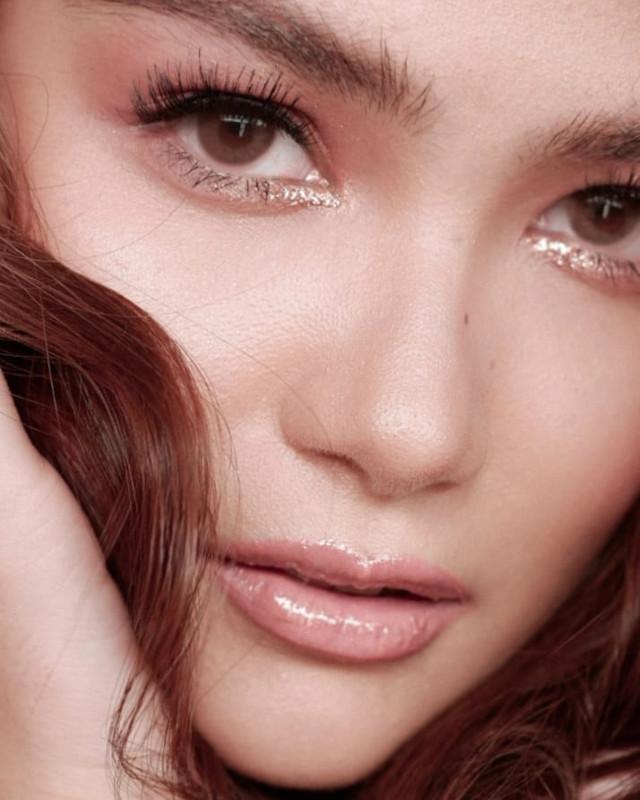 Glitter eye makeup: Rose gold on the inner corners by Mark Qua on Elisse Joson