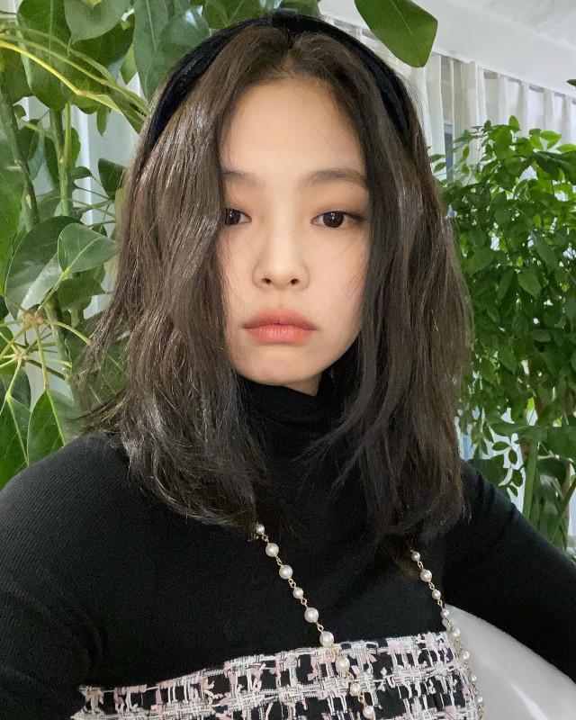 Best Hairstyles of BLACKPINK's Jennie Kim: Headband hairstyle