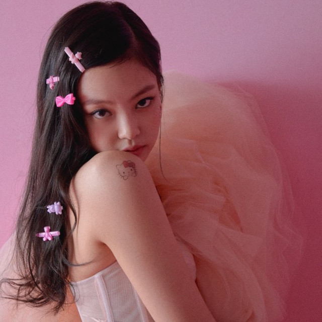 Best Hairstyles of BLACKPINK's Jennie Kim: Kiddie hairclips hairstyle