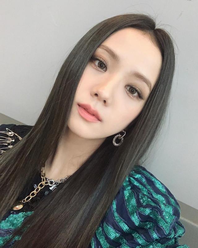 Prettiest Jisoo Hairstyles: Long and sleek