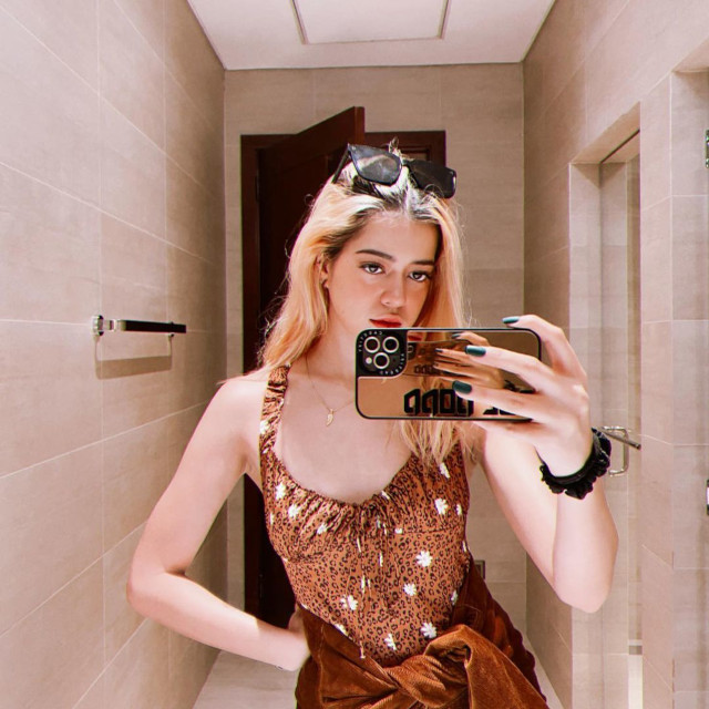 Beige and brown outfit: Sue Ramirez