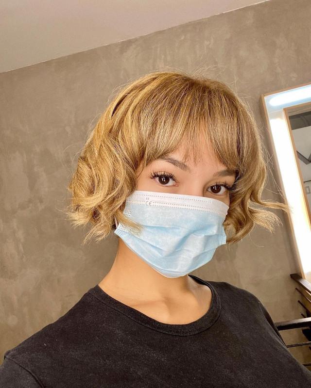 Sarah Lahbati's blonde bob hairstyle