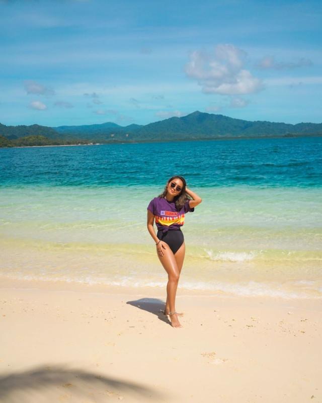 Kathryn Bernardo's Black One-Piece Swimsuit: Wearing a t-shirt as cover up