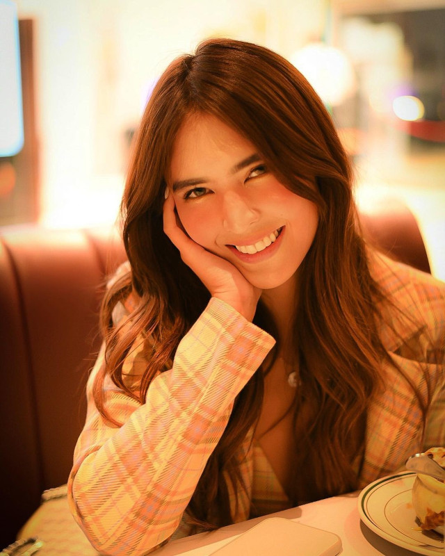 How to take better pictures: Ask for the subject's good side. Sofia Andres looks cute in this pic!