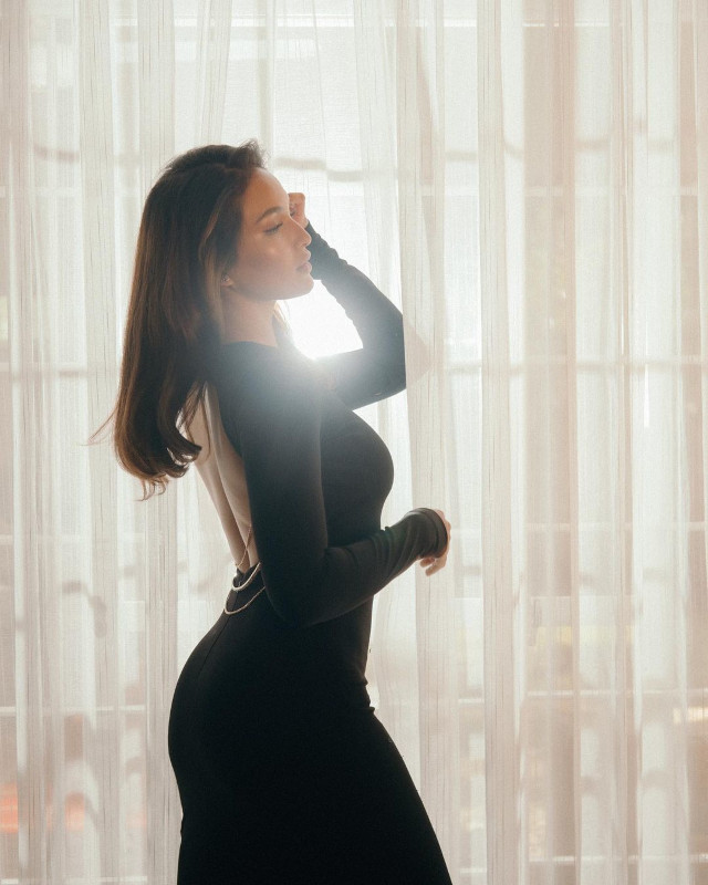 Home Photo Shoot Idea: Sarah Lahbati posing against the light.