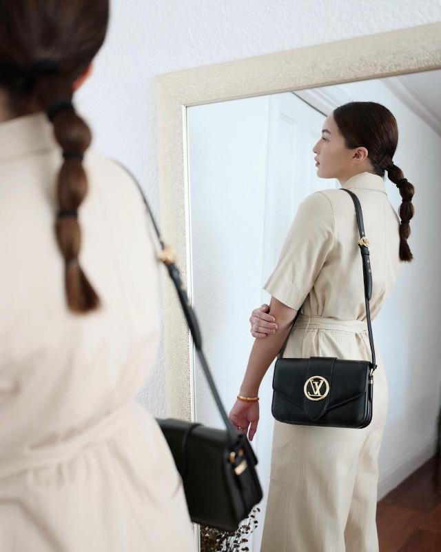 Home Photo Shoot Idea: Sarah Lahbati outfit shot mirror reflection