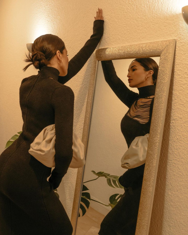 Home Photo Shoot Idea: Sarah Lahbati looking at the mirror.