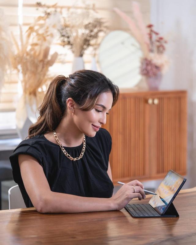 Home Photo Shoot Idea: Sarah Lahbati working from home.