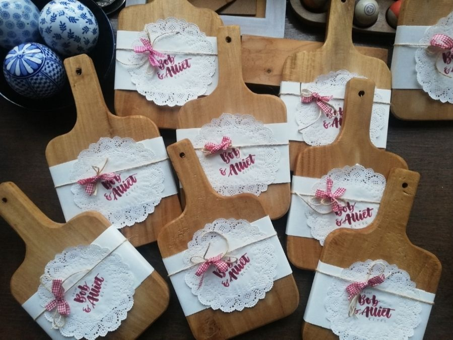 Bea Reyes: artwork on Christmas tags