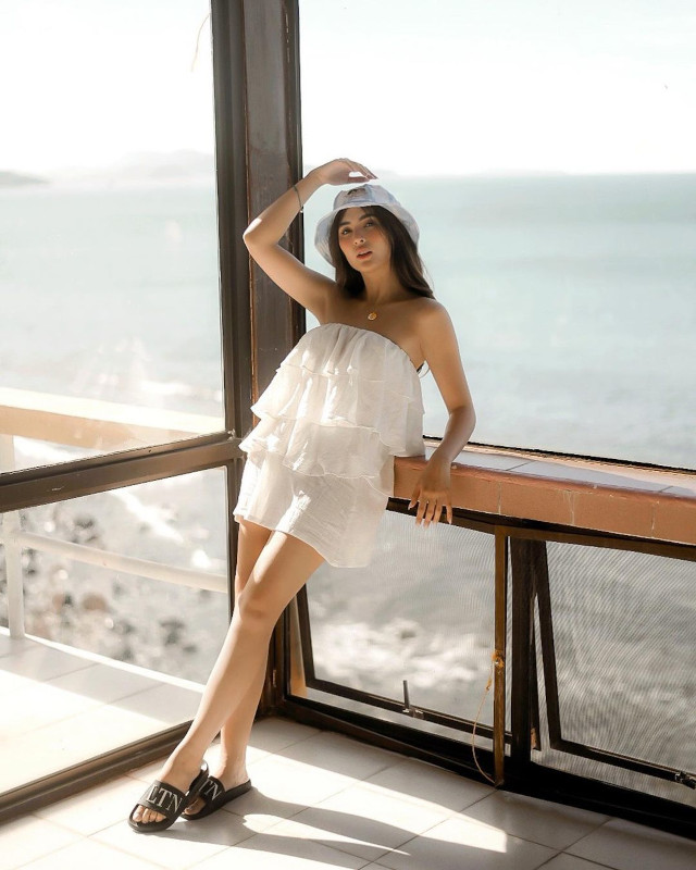 Sofia Andres: White Strapless Dress
