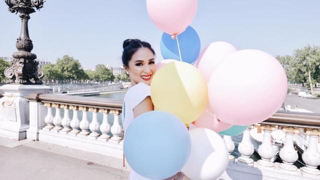 Heart Evangelista holding balloons.