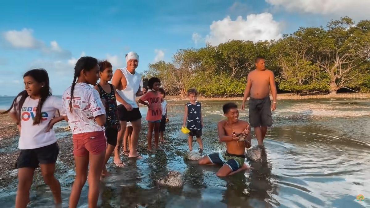 Happy islanders crab catching