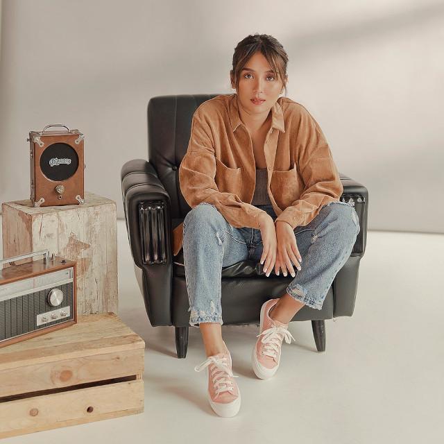Kathryn Sneaker Outfit: Brown jacket, jeans, pink sneakers