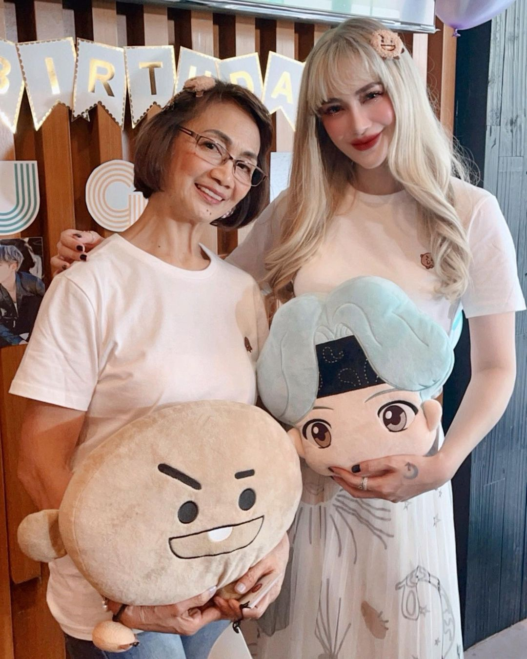 Arci Munoz with her mom and showing off her new hair color