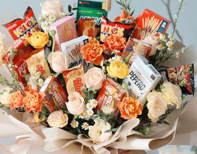 Milo's Flower Shop Customized Snack Bouquet