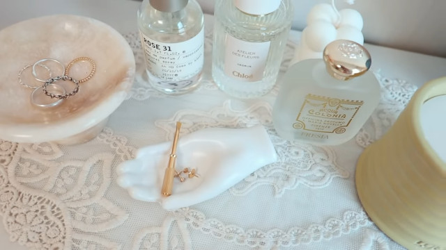 Korean aesthetic room tip: Use perfume and jewelry as decor