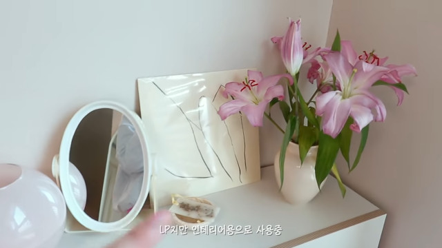 Korean aesthetic room tip: Place flowers in your room