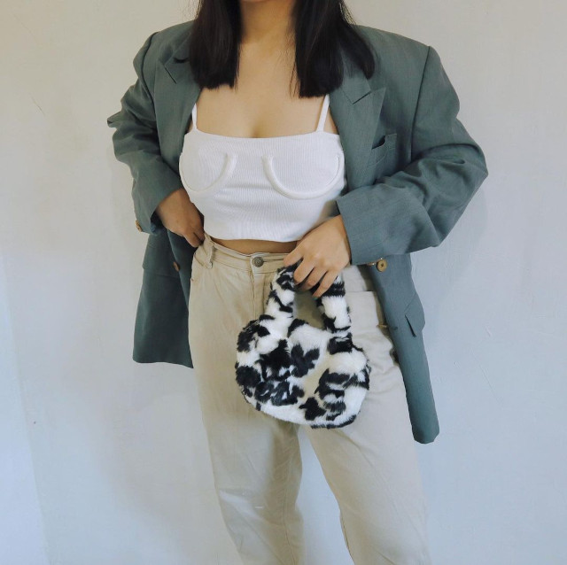 Chelsea Valencia Oversized Blazer Outfit: Gray oversized blazer + white crop top + khaki pants + black and white furry bag