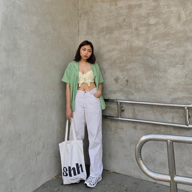 Chelsea Valencia outfit: Pastel green oversized button-down shirt + cream-colored underwired bralette + high-waist wide-leg white jeans + white canvas bag + white trainers