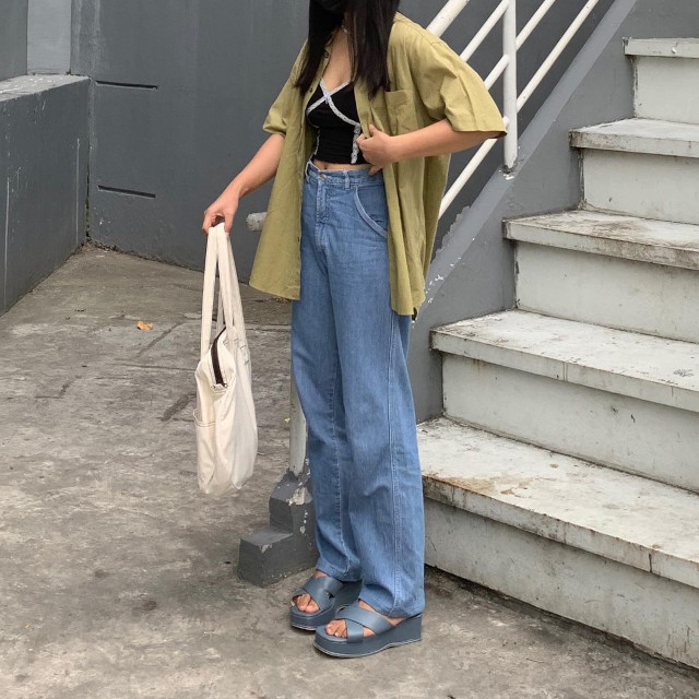 Chelsea Valencia outfit: Olive green oversized button-down shirt + black camisole + high-waist wide-leg denim pants + white canvas tote + stone blue chunky sandals