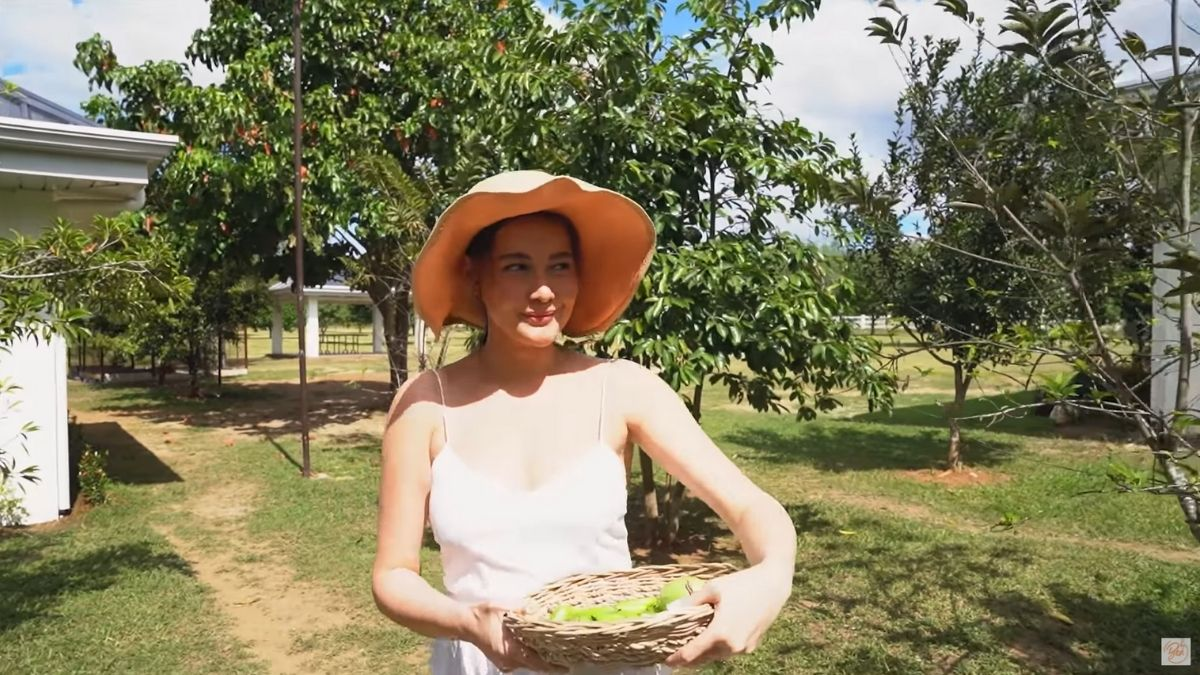 Bea Alonzo cooks sinaing na tilapia sa gata na may kamias with fresh ingredients