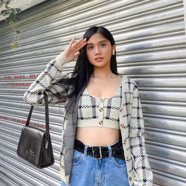 Checkered gray cardigan and button-down bra + blue high-waisted jeans + black shoulder bag