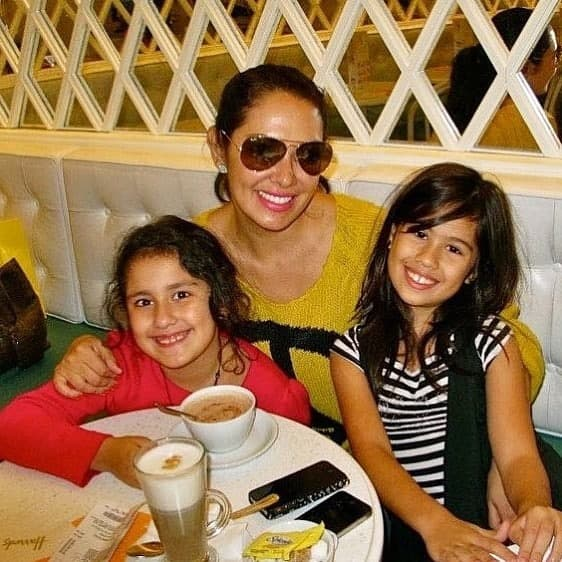 Ruffa with her daughters in a cafe