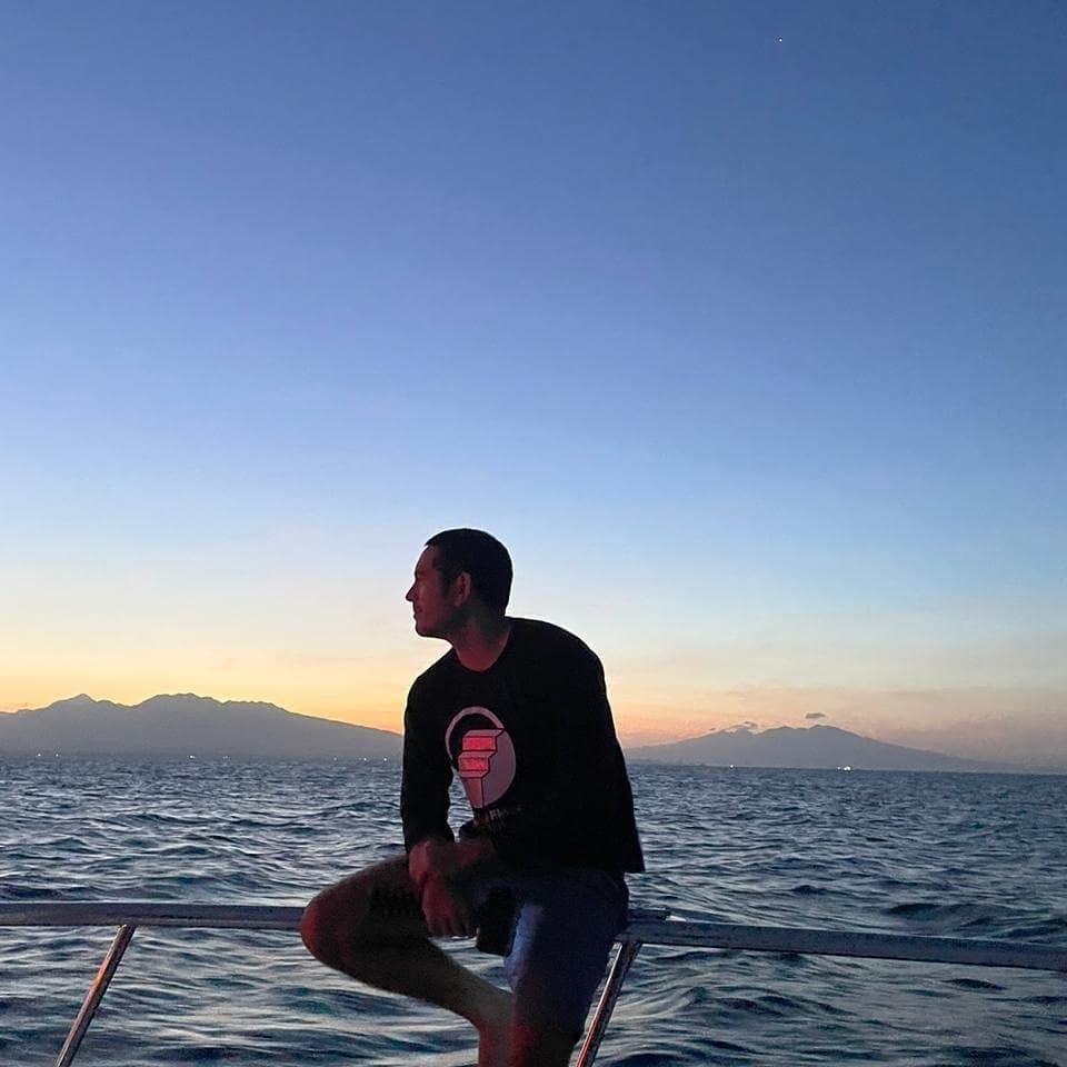 Gerald Anderson watching the sunset