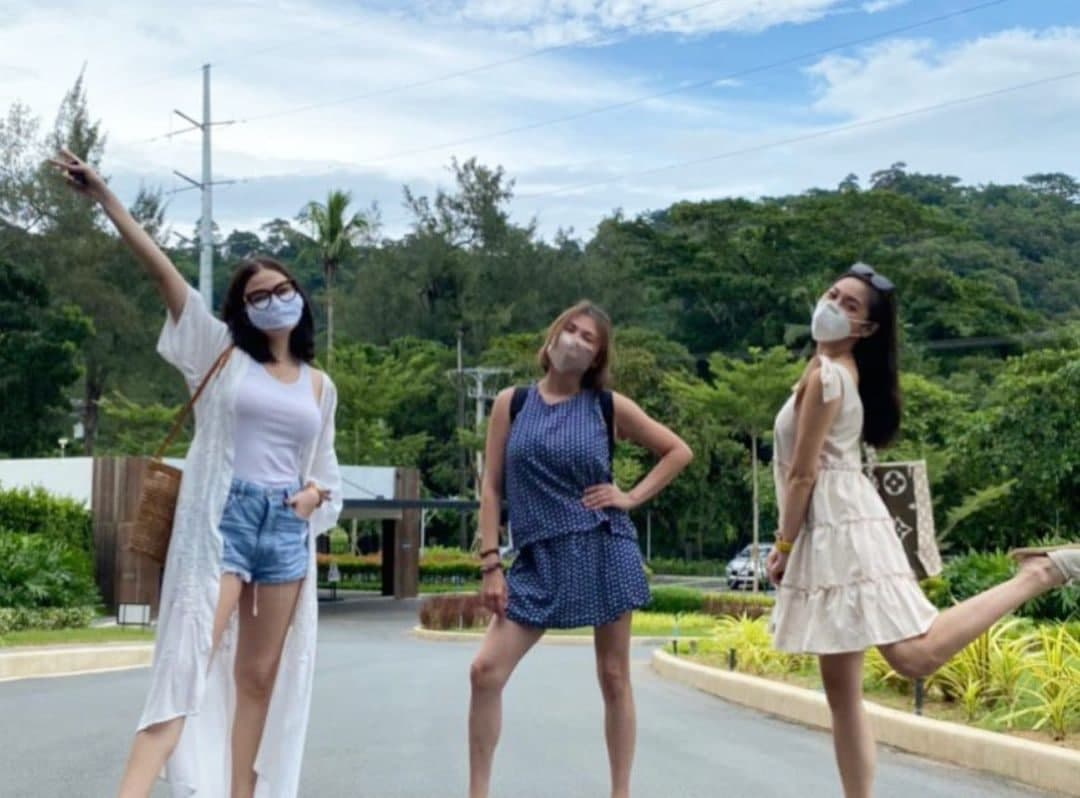 Angelica Panganiban, Bella Padilla, and Kim Chiu striking a pose