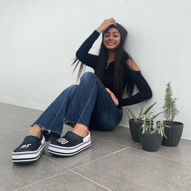 Crocs Outfit: Ylona Garcia