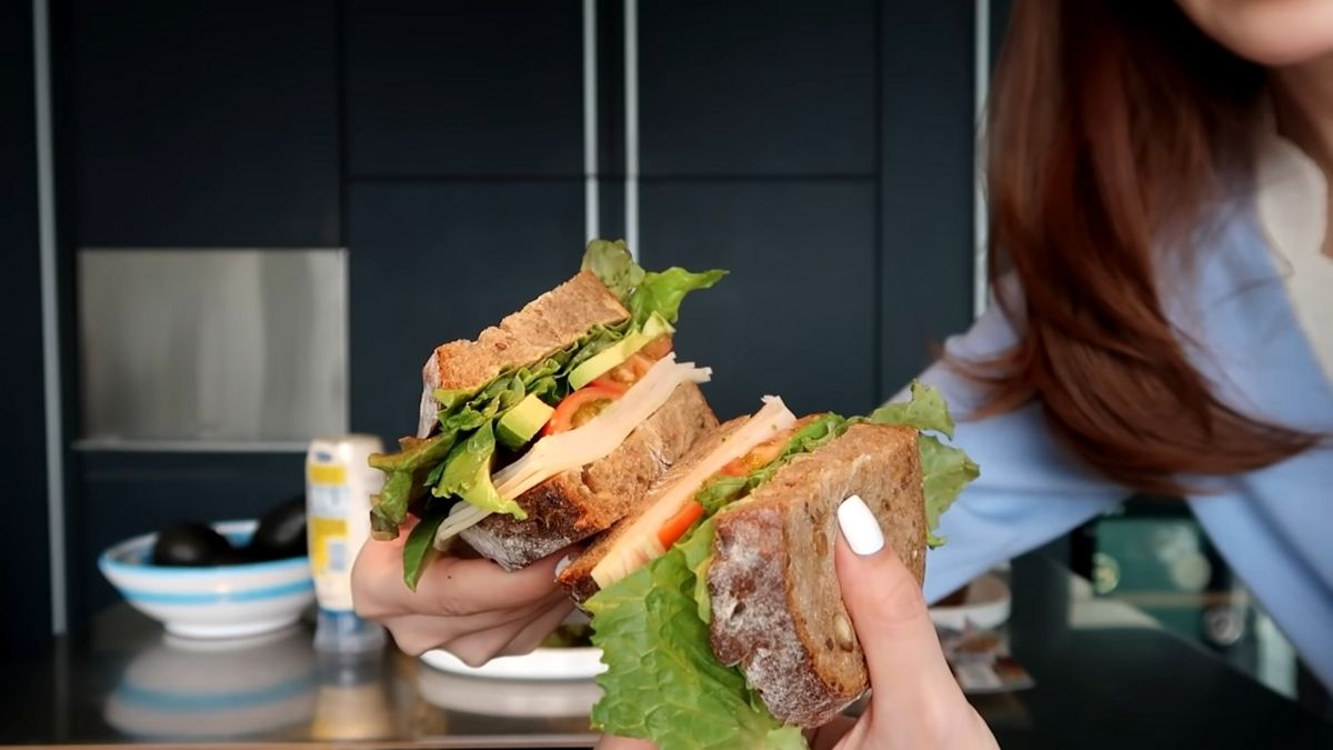 Jessica Jung's diet vlog: turkey avocado sandwich