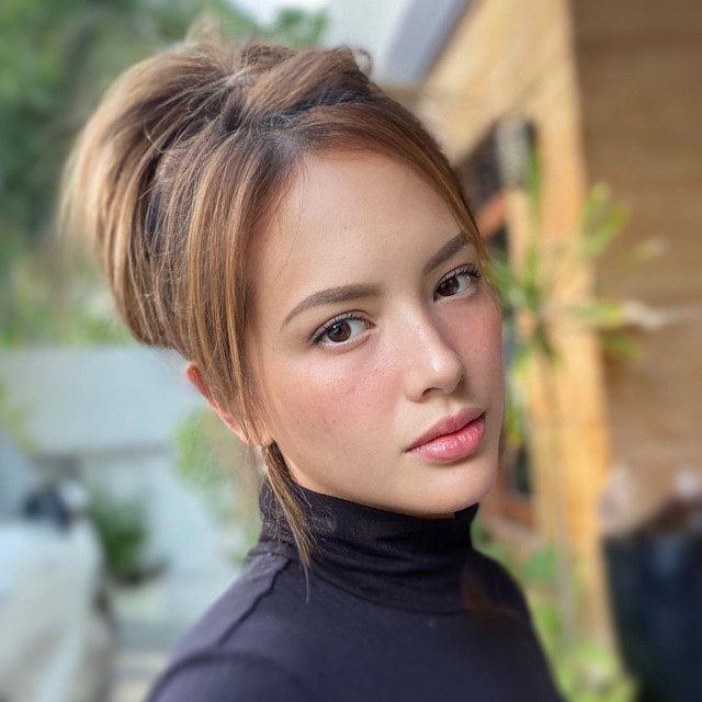 Ellen Adarna's hairstyle with highlights