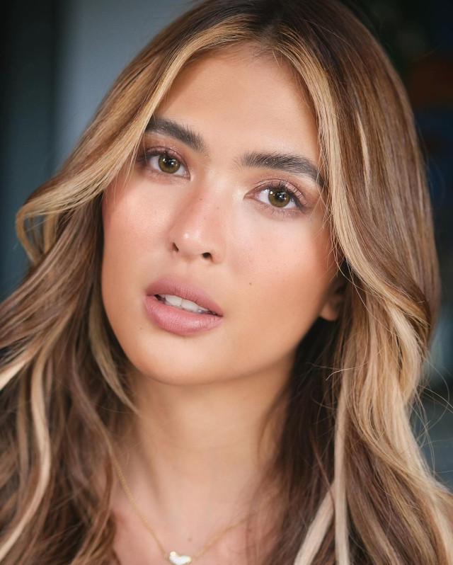 Sofia Andres' hairstyle with highlights