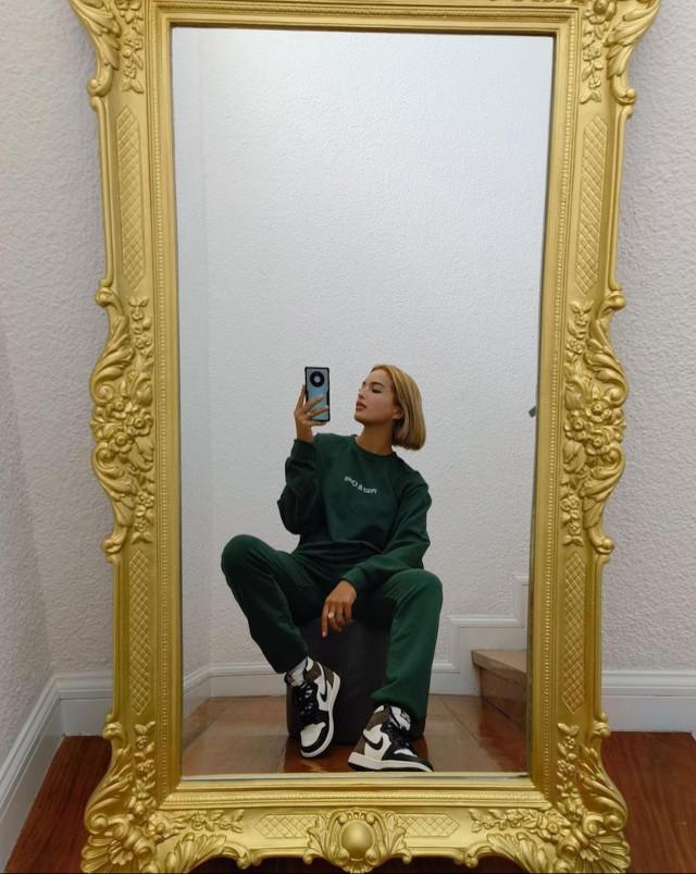 Athleisure outfit: Sarah Lahbati 2
