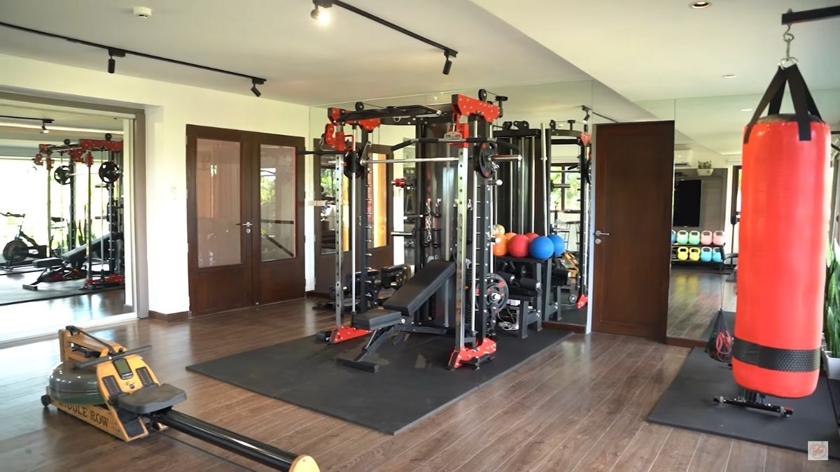 Bea Alonzo home gym: multifunctional squat machine