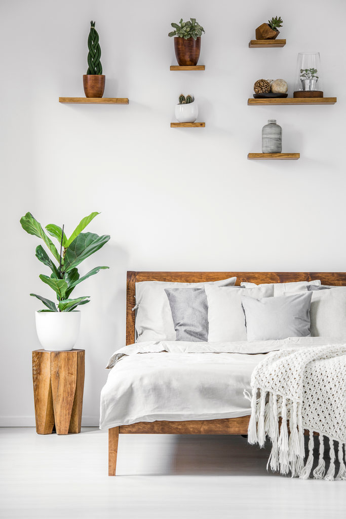 minimalist room design tips: mix and match materials, add pop of color
