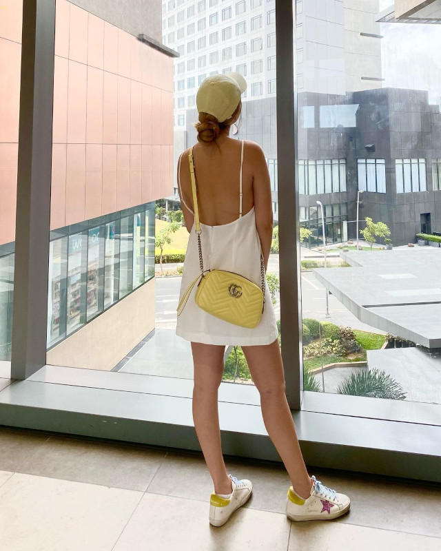 Bela Padilla: White sneaker outfit